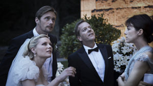 Alexander Skarsgård, Kirsten Dunst, Kiefer Sutherland ja Charlotte Gainsbourg Lars von Trierin elokuvassa Melankolia.