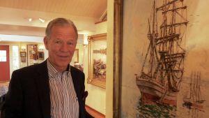 Anders Wiklöf framför en av sina tavlor på Andersudde