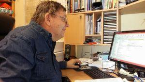 Bjarne Blomfeldt läser i sin förteckning över förolämpningar från Sundom.