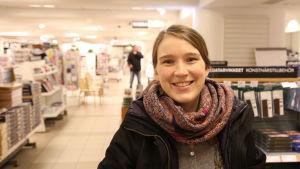 Linda Forss på Akademiska bokhandeln i Helsingfors.