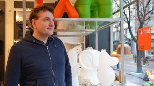 Niklas Wikström, ägare på Formverk, ser ut mot Stora Robergsgatan.