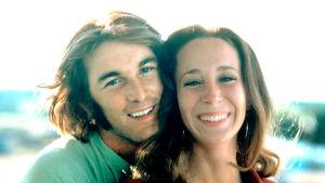 Dennis Wilson ja Laurie Bird elokuvassa Two-Lane Blacktop. Ohjaus Monte Hellman.