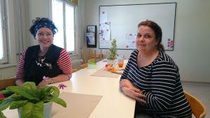 Närvårdare Miia Tervoja och sjukskötaren Johanna Hermasson-Sundberg i Sibbo.