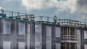 Byggnadsarbetare på tak