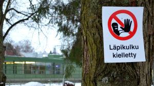 """Träd med skylt med texten """"Läpikultu kielletty"""""""