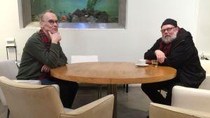 Jyrki Siukonen ja Otso Kantokorpi Wäinö Aaltosen museon kahvilan pyöreän pöydän ääressä.
