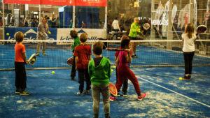 Barn i tennisskola