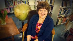 Författaren Sabine Forsbolm i Helsingfors Arbis bibliotek.