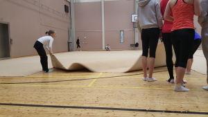 Gymnastikmattor rullas ut i Kampens idrottscentrum i Helsingfors, feb 2016