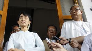 Aung San Suu Kyi och Htin Kyaw på en presskonferens i Rangoon 2.6.2011
