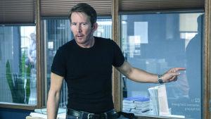 Mads (Thomas Bo Larsen) i Bedrägeriet