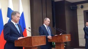 Sauli Niinistö och Vladimir Putin under möte på tisdagen den 22 mars 2016.