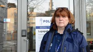 Överkonstapel Heidi Warelius står utanför Polishuset i Helsingfors
