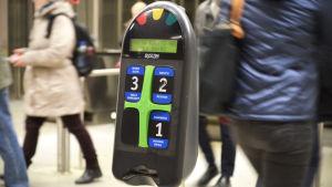 En biljettläsare på en metrostation