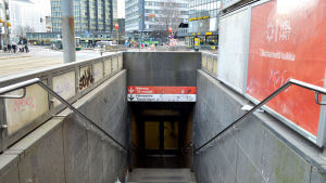 En sjaskig trappa ner till en metroingång.