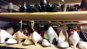 Ina Nordberg bland skorna i en av Wasa Teaters garderober.