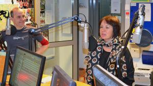 Fritjof Sahlström och Ylva Larsdotter diskuterar i radiostudion