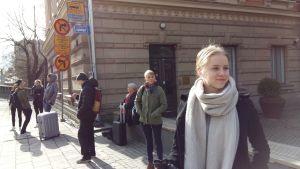 Elisabeth Järnefelt väntar på bussen.