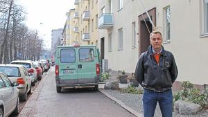 Munknsäsbon Mats Almqvist är irriterad på bilar som stannar på trottoarer och cykelvägar.