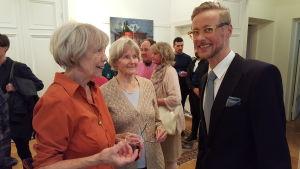 Kristin Olsoni och andra på Niclas Warius vernissage i Gallerie Bengelsdorff. 2016.