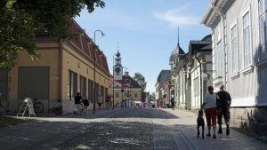 Näkymä Vanhan Rauman kadulta kesällä.