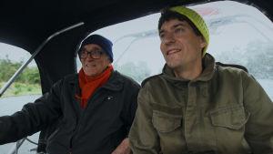 Kasper Strömman och Lasse Stengård åker båt