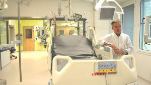 Nyrenoverade jourutrymmen på Jorvs sjukhus. Överläkare Jyrki Vuola förevisar brännskadecentret.