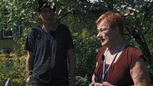 Kasper Strömmen i Tarja Halonens koloniträdgård