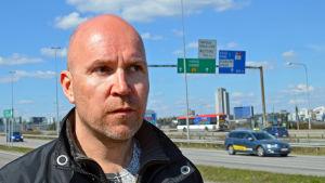 Projektchef Sami Mankinen poserar vid Västerleden.