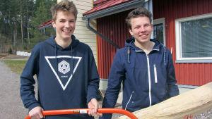 Onni ja Antti oppivat työntekoa omalla kylällä