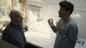 Kasper pratar med Bruno Erat