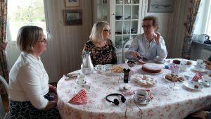 Marianne Ringnér, Cajsa Svärdén, Gunilla Hultgren vid kaffebordet.