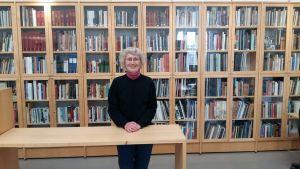 Birgitta Theander poserar i Malmö stadsbibliotek