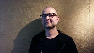 Anders Grönroos driver företaget Barnens Estrad som erbjuder musik och teater för barn i dagis- och skolåldern på både svenska och finska.