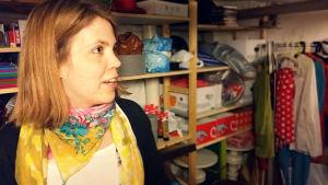 Sanna Sofia Vuori, verksamhetsledare för Sagateater, i teatergruppens arbetsrum.