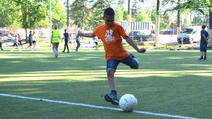 Eleven Elias Björkell spelar fotboll