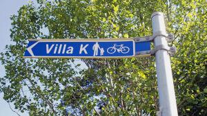Skylt som visar till Villa K i Esbo