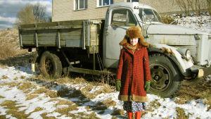 Virolaistyttö odottaa Tallinasta kirjettä, jossa kerrotaan Dallas-tv-sarjan uusimmat käänteet. Kuva dokumenttielokuvasta Disko ja ydinsota.