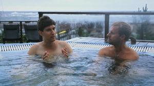 Kasper och Niclas Hage tar sig ett bad i poolen på Havsvidden