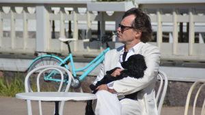 Niklas Häggblom spelar Rick i Casinoblanca. Hunden kallas Ingrid Bergman.