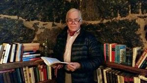 Håkan Andersson i bibliotekshörnan på Bocks bryggeri.