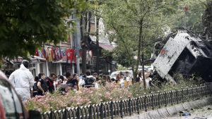 Polis undersöker platsen där en bomb detonerade invid en polisbuss i Istanbul.