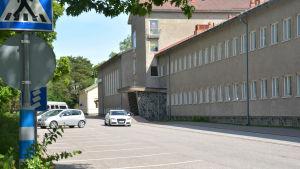 En bil kör förbi Seminarieskolan på Ladugårdsgatan.