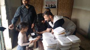 Rami Adham delar ut mat i Aleppo.