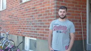 Irakiern Amir står utanför sitt boende i Kristinestad.