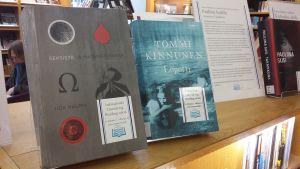 """Iida Raumas roman """"Seksistä ja matematiikasta"""" och Tommi Kinnunens roman """"Lopotti""""."""