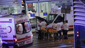 Självmordsattentat mot flygplatsen Ataturk i Istanbul. Ambulanspersonal utanför flygplatsen.