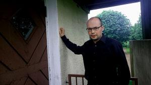Kiril Kozlovsky vid ingången till sakristian i Degerby kyrka.