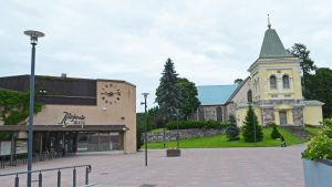 Kyrkslätts huvudbibliotek och kyrka en mulen dag.