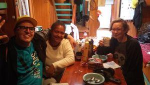 Dennis Hansson, Tuuli Heinonen och Carla Fri äter frukost ombord på M/S Sälö.